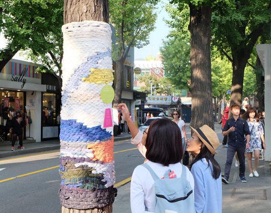Áo len cho cây ở Sasamcheongdong