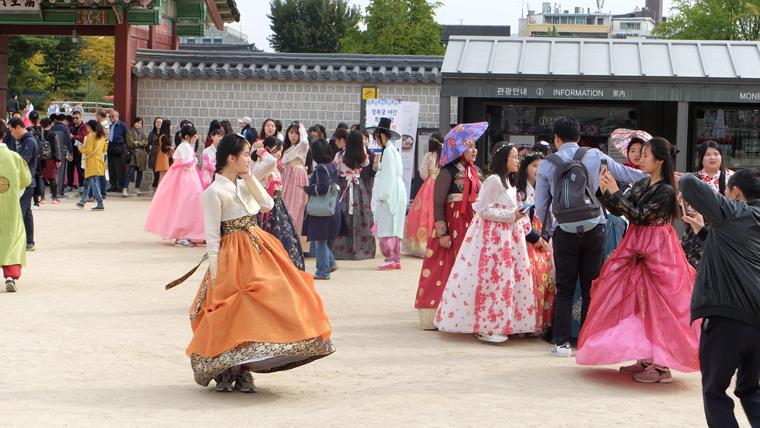 Nữ học sinh trung học mặc Hanbok ở Gyeongbokgung