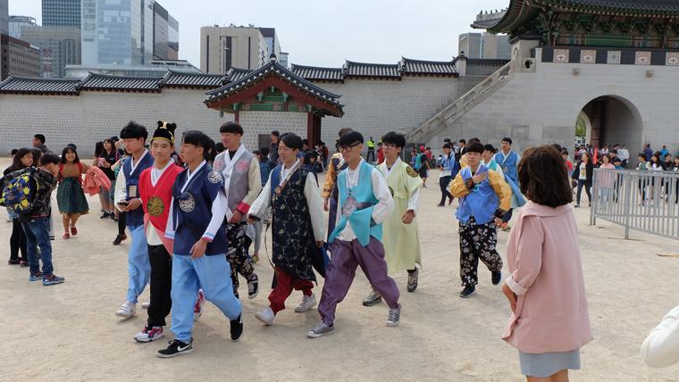 Nam học sinh trung học mặc Hanbok ở Gyeongbokgung