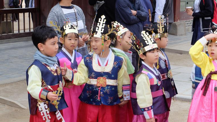 Học sinh tiểu học mặc Hanbok ở Gyeongbokgung